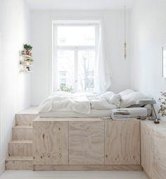 Em seu apartamento de 58 m2, um casal de designers apostou em tons suaves e soluções de marcenaria para ampliar o espaço