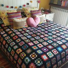 Makes me want to start one right now. Makes me want to start one right now. With black backg Crochet Quilt Pattern, Crochet Ripple Blanket, Crochet Bedspread, Granny Square Blanket, Granny Square Crochet Pattern, Crochet Blanket Patterns, Living Room Decor, Bedroom Decor, Crochet Decoration