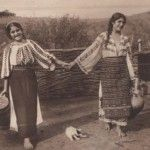 Two Romanian girls – postcard from 1910-1925