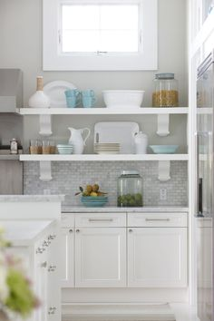 white kitchen cabinets with grey countertops (go darker than these) and light grey walls w/grey mix de casas Open Shelving, Backsplash For White Cabinets, Kitchen Remodel, Kitchen Design, Shelves, New Kitchen, White Kitchen Traditional, Gray And White Kitchen, White Cabinets