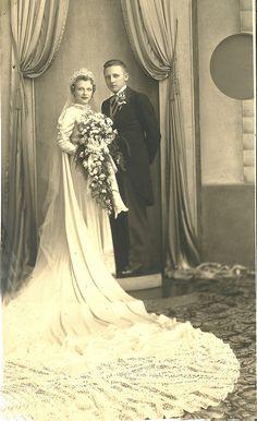65 Best Ideas dress vintage victorian old Vintage Wedding Photos, Wedding Dresses Photos, Wedding Dress Trends, Vintage Bridal, Wedding Couples, Wedding Pictures, Wedding Bride, 1920s Wedding Gown, Vintage Weddings