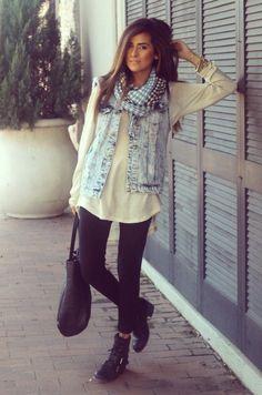 Legging, sapatilha, colete e blusa branca com colar