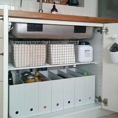 こちらは、下の段にずらっとファイルボックスを並べて、見た目もすっきり♪オイル、洗剤、パスタなど高さのあるものを、種類ごとに分けて収納するのに便利です。上の段には、ステンレスのワイヤーバスケットにタオル類などを収納。持ち手もついているので、出し入れもささっとスムーズにできます。 Diy Kitchen, Kitchen Interior, Kitchen Storage, Kitchen Organisation, Home Organization, Muji Storage, Japanese Apartment, Tiny House Storage, Japanese Interior