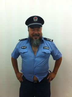 艾未未 Ai Weiwei in Polizeiuniform  Foto: 艾未未 Ai Weiwei via Twitter