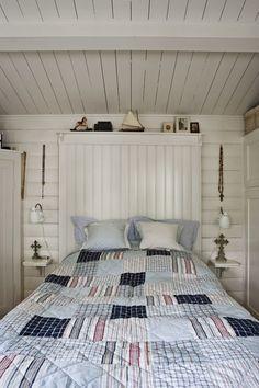 Белые стены и потолок, простая и естественная обстановка в доме и большая терраса, на которую дачная жизнь перетекает летом – эта скандинавская дача не может не нравиться