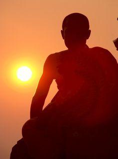 Circuit au Cambodge. Un moine bouddhiste observe le coucher du soleil, près de Siem Reap au Cambodge
