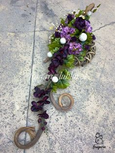 """Suche pędy bananowca są rewelacyjnym, naturalnym ozdobnikiem kompozycji, zarówno z kwiatów żywych jak i sztucznych. Pozwalają one na przedłużenie stroika tzw. jego wyciągnięcie, a ponieważ każda """"l... Funeral Arrangements, Flower Arrangements, Fresh Flowers, Beautiful Flowers, Funeral Sprays, Cemetery Decorations, Sympathy Flowers, Funeral Flowers, How To Make Wreaths"""