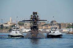 Dernière ligne droite pour l'adaptation du Triomphant au M51. SNLE Le Triomphant - photo Marine Nationale. 16/04/2015 Sources : Marine nationale. Le 14 avril 2015, le sous-marin nucléaire lanceur d'engins (SNLE) Le Triomphant a quitté le bassin 8 de la base navale de Brest pour rejoindre la base opérationnelle de l'Ile Longue. Dernière ligne droite d'une période d'entretien, de modernisation et d'adaptation au missile stratégique M51 débutée en mai 2013 dans le respect du principe de juste…