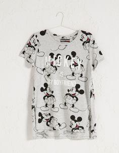 T-shirt BSK all over Mickey Mouse. Descubra esta e muitas outras roupas na Bershka com novos artigos cada semana