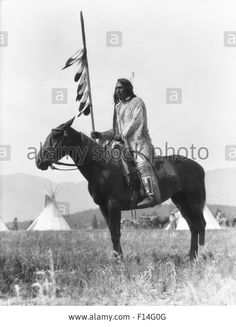 1920s SINGLE NATIVE AMERICAN STONEY SIOUX INDIAN MAN SITTING ON HORSE HOLDING EAGLE FEATHERED DECORATED LANCE ALBERTA CANADA