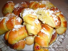 Τσουρεκάκια- κρουασανάκια #sintagespareas Greek Sweets, Greek Desserts, Greek Recipes, Greek Bread, Greek Cake, Easter Recipes, Dessert Recipes, Food Network Recipes, Cooking Recipes