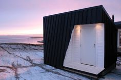 The project is a coastal cabin placed on Vardehaugen, an outcrop by the mouth of the fjord at Grøttingen on the Fosen peninsula.