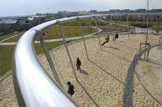 Parc de Hoge Welde à Leidsche Rijn, Utrecht aux Pays-Bas par Buro Sant en Co. Une balançoire géante est située au sommet de la plus haute colline.