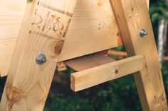 Removable tray on top bar hive to get the mites out Top Bar Hive, Bee House, Backyard Beekeeping, Birds And The Bees, Garden Animals, Emergency Preparedness, Survival, Bee Happy, Bees Knees