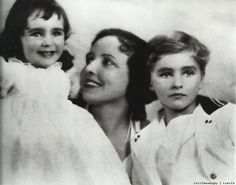 Two and a half year old Elizabeth Taylor smiles with mother Sara and brother Howard.