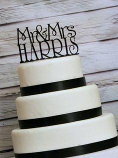 Topo de bolo de casamento com Mr. and Mrs. e o sobrenome do casal. Foto: Shop the Top.