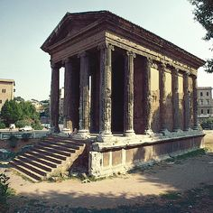 Die klare Betonung der Vorderansicht, die übliche Stifenhöhe sowie die städtische Umbebung, lassen eindeutig auf einen römischen Tempel schliessen. Fortuna Tempel in Rom