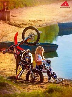 Girl biker off road moto Lady Biker, Biker Girl, Honda, Motard Sexy, Biker Dating, Ski Doo, Motocross Girls, Moto Motocross, Chicks On Bikes