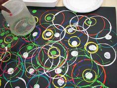 Obra de arte con círculos. Utilizando distintos botes circulares, aplicamos colores variados para crear una gran obra de arte