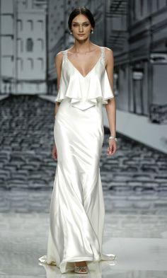 Uno de los vestidos de novia lenceros más bonitos de la temporada es de Justin Alexander.