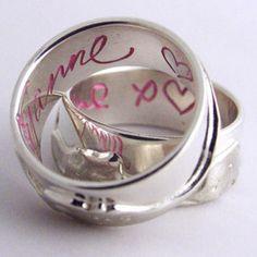 trouwringen met een roze inscriptie