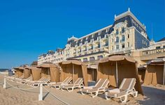 This prestigious hotel, where writer Marcel Proust once lived, is located directly on the seafront in Cabourg. Destinations, Destination Voyage, Normandy, 5 Star Hotels, High Ceilings, Mansions, Belle Epoque, World, House Styles