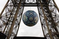 Con motivo de la conferencia sobre el clima, la Torre Eiffel luce una obra del artista americano Shepard Fairey: 'La crisis de la Tierra'. (AFP)