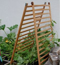 Old Crib To Up Cycled Garden Trellis Garden Ideas Old Cribs Old Baby Cribs, Baby Crib Diy, Old Cribs, Furniture Projects, Furniture Making, Diy Furniture, White Furniture, Plywood Furniture, Furniture Stores