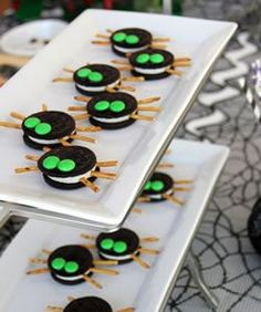 Scarily Simple No-Bake Halloween Treat Recipes Make adorable Oreo Spiders for Halloween using this easy, no-bake treat recipe.Make adorable Oreo Spiders for Halloween using this easy, no-bake treat recipe. Comida De Halloween Ideas, Bolo Halloween, Postres Halloween, Halloween Treats To Make, Dessert Halloween, Spooky Treats, Halloween Food For Party, Holidays Halloween, Halloween Treats