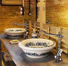 Lavabo antiguo de cerámica.