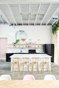 Dentre todas os ambientes desse estúdio com decoração com cores claras, a cozinha é a nossa preferida sem dúvidas. Inteira em preto, branco e dourado, ela traz uma pegada moderna e, ao mesmo tempo, meiga para o ambiente.