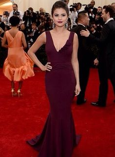 sophs-style: Selena Gomez at the 2014 Met Gala on Monday May The singer/actress wore a sleek custom Diane von Furstenberg gown, which she accessorized with dramatic Lorraine Schwartz. Selena Gomez Red Carpet, Selena Gomez Style, Lorraine Schwartz, Met Gala Red Carpet, Red Carpet Gowns, Evening Dresses, Prom Dresses, Formal Dresses, Wedding Dresses
