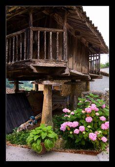 Hórreos asturianos -Antiguamente paraguardar las cosechas.