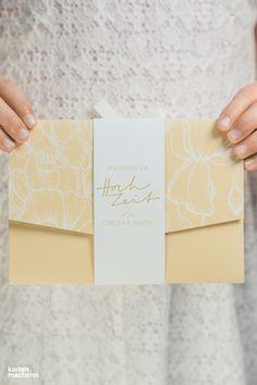 Elegante Hochzeitseinladung für euren großen Tag. Die Banderole hält die Karte stilvoll zusammen und eure Gäste können gespannt eure Hochzeitsdetails entdecken.   #papeterie #paperlove #wedding #hochzeit #hochzeitspapeterie #einladung #hochzeitseinladung #weddinginvitation #invitation #kartenmacherei