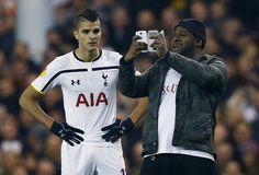 SELFIE Z HRACÍ PLOCHY. Neuvěřitelný suvenýr si odnesl výtržník ze zápasu Evropské ligy mezi Tottenhamem a Partizanem Bělehrad. Dříve, než ho zadrželi pořadatelé, si udělal společné foto s domácím Erikem Lamelou.