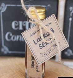 Cajita Dama de Honor - La Tienda de Eje360 Place Cards, Place Card Holders, The World, Guest Gifts, Wedding Stuff, Vinegar, Bridesmaids, Bottles, Invitations