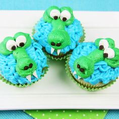 """Alligator Cup cake - Go Gators! """"Chomp"""" into these cute and delicious alligator cupcakes! They're easy to make with cake, frosting, and a few candies, and will no doubt be the highlight of your birthday party or celebration! Alligator Cupcakes, Alligator Cake, Alligator Birthday, Alligator Party, Cupcakes Design, Love Cupcakes, Cupcake Cookies, Cake Designs, Easy Animal Cupcakes"""