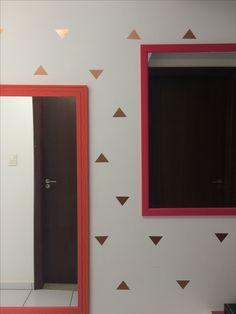Espaço com cara nova e o melhor, gastando muito pouco!  Pra mudar o espaço apenas pintei as molduras dos espelhos com tinta pva e mudei a parede com esses triângulos de contact dourado.  Ficou demais! 💚