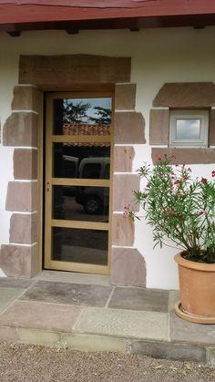 Porte d'entrée moderne vitrée (chêne)Après la fabrication en atelier de la porte et de son bâti, il a fallu dans un premier temps ouvrir le doublage brique et déposer l'ancienne porte solidement scellée à la maçonnerie (demi-journée). Puis dans un second...