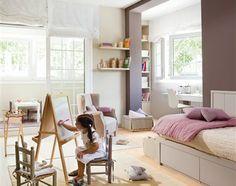 Un dormitorio muy completo lleno de luz y color