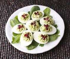 Huevos rellenos de aguacate.   14 Recetas con aguacate que te pondrán a babear