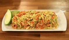 Lahana Salatası (Coleslow)  Malzemeler  300 gr. lahana, ince yapraklarından 2 adet havuç 1 adet kuru soğan 2 yemek kaşığı üzüm sirkesi 3 yemek kaşığı mayonez 2 yemek kaşığı süzme yoğurt 1 yemek kaşığı toz şeker 1 çay kaşığı tuz ½ çay kaşığı değirmen karabiber 1 tatlı kaşığı hardal 1 adet yeşil elma, arzuya göre