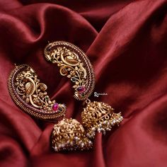 Jewelry OFF! Top 10 Jhumka Designs That Are Trending Everywhere Gold Jhumka Earrings, Jewelry Design Earrings, Gold Earrings Designs, Indian Earrings, Gold Jewellery Design, Necklace Designs, Gold Jewelry, Statement Earrings, Indian Bangles