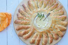 Bak een goede camembert eens mee in brood. Het zal smelten als een kaassaus. De stralen van dit zonnebrood kun je breken en in de kaassaus kopen. Lekker!