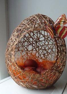 Csak 3 dologra lesz szükséged ahhoz, hogy ilyen különleges húsvéti dekorációt készíts - Bidista.com - A TippLista! Egg Crafts, Diy Arts And Crafts, Resin Crafts, Easter Crafts, Christmas Crafts, Doilies Crafts, Paper Flower Decor, Easter Egg Designs, Diy Ostern