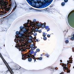 Sjokoladegranola er kanskje noe av det beste jeg vet, og jeg bruker det den både på toppen av smoothies, på yoghurten, i en skål med melk eller som snack på farten. Denne varianten er både proteinrik og full av sunne fettsyrer og antioksidanter. En favoritt som jeg lager om og …