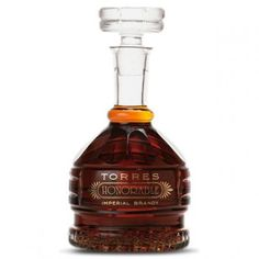La tienda online gourmet y delicatessen Érase un gourmet vende este exquisito brandy imperial Honorable marca Torres. De noble color ámbar oscuro, profundo y rico. Exhibe un bouquet concentrado y complejo, con intensas notas de especias. Brandy complejo y majestuoso. Bebe con responsabilidad.