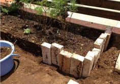 【手作り】簡単!花壇の作り方 - ガーデニング・庭・花 1/2 【DIYナビ・ブログ 北欧 】 : DIYナビ Planter Beds, Garden Planters, Indoor Garden, Diy Garden Decor, Garden Art, Home And Garden, Path Design, Garden Design, Brick Walkway