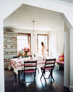 I have loved this table cloth ever since i saw it in Domino magazine a few years ago Beautiful Space, Beautiful Homes, Old Fashioned Kitchen, Brooklyn, Home Decor Inspiration, Decor Ideas, Kitchen Inspiration, Kitchen Ideas, Dream Rooms