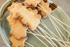 koekjes op een stokje. Direct na het bakken de satéstokjes in het koekje steken.